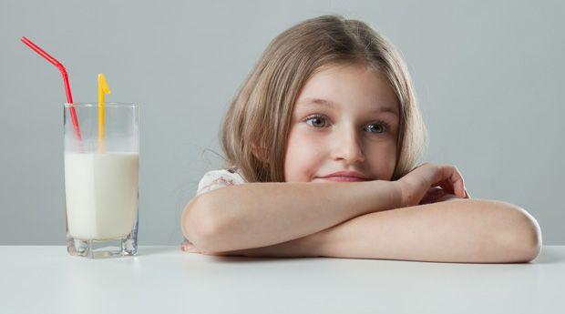 10 симптомов непереносимости лактозы у детей - В большинстве случаев непереносимость лактозы развивается в возрасте от 2 до 5 лет. У младенцев на момент рождения в тонком кишечнике уже присутствует энзим лактаза, который помогает расщеплять белки и сахара, содерж