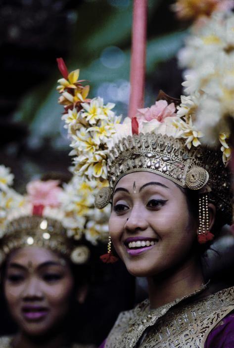 biscodeja-vu:  Lelong dancers, Denpasar, Bali Indonesia.... Check out my Bali honeymoon guide: http://holipal.com/the-best-honeymoon-in-bali/