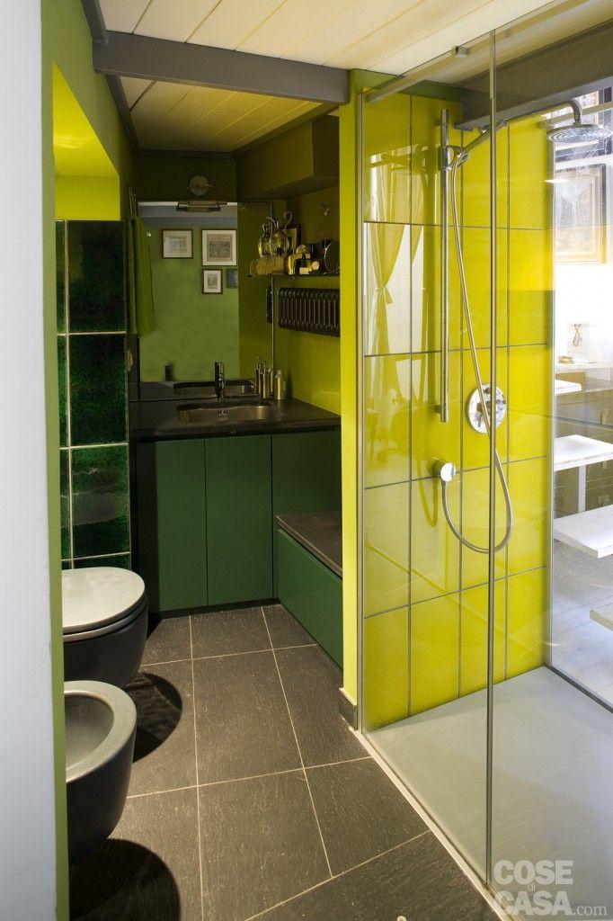 La doccia passante, che risulta perfettamente integrata nell'ambiente, ha i pannelli in vetro temperato trasparente e il piatto in metacrilato; è il modello Space di Makro. Le piastrelle in vetro che rivestono l'interno del box sono di Artelinea