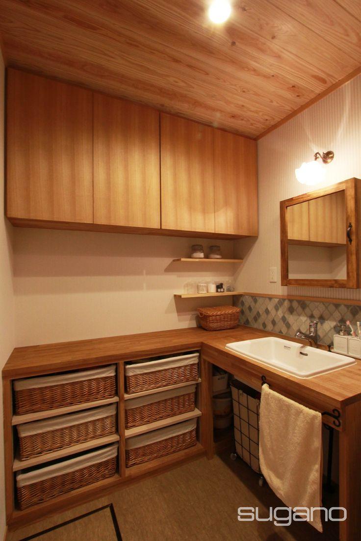 木の暖かさに包まれる洗面脱衣室。 バスタオルやパジャマが収納できるオープン棚。天板にホーロー製の洗面ボウルを埋め込みました。  #和風建築 #和風住宅 #洗面脱衣室 #洗面 #菅野企画設計
