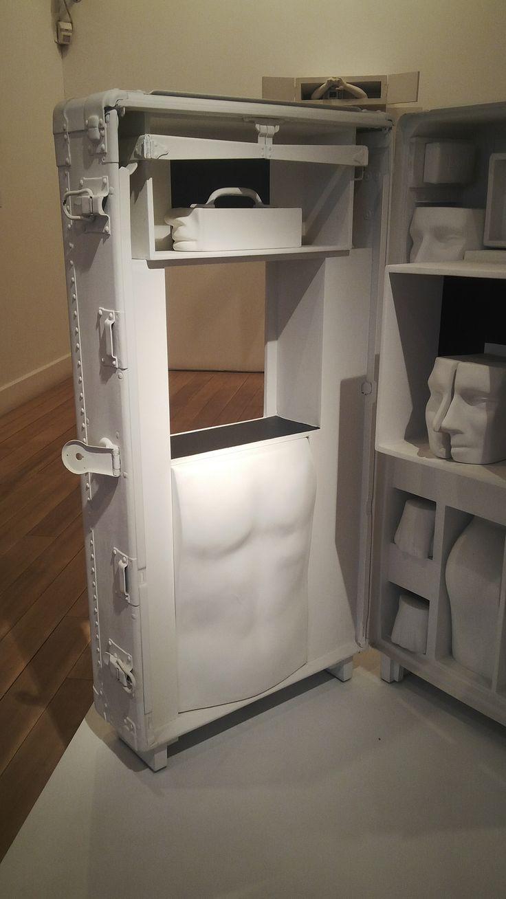BERNARDO SALCEDO EL VIAJE 1975 ensamblaje, madera, alumino y figuras de pretensados plasticos poyacril blanco y negro.