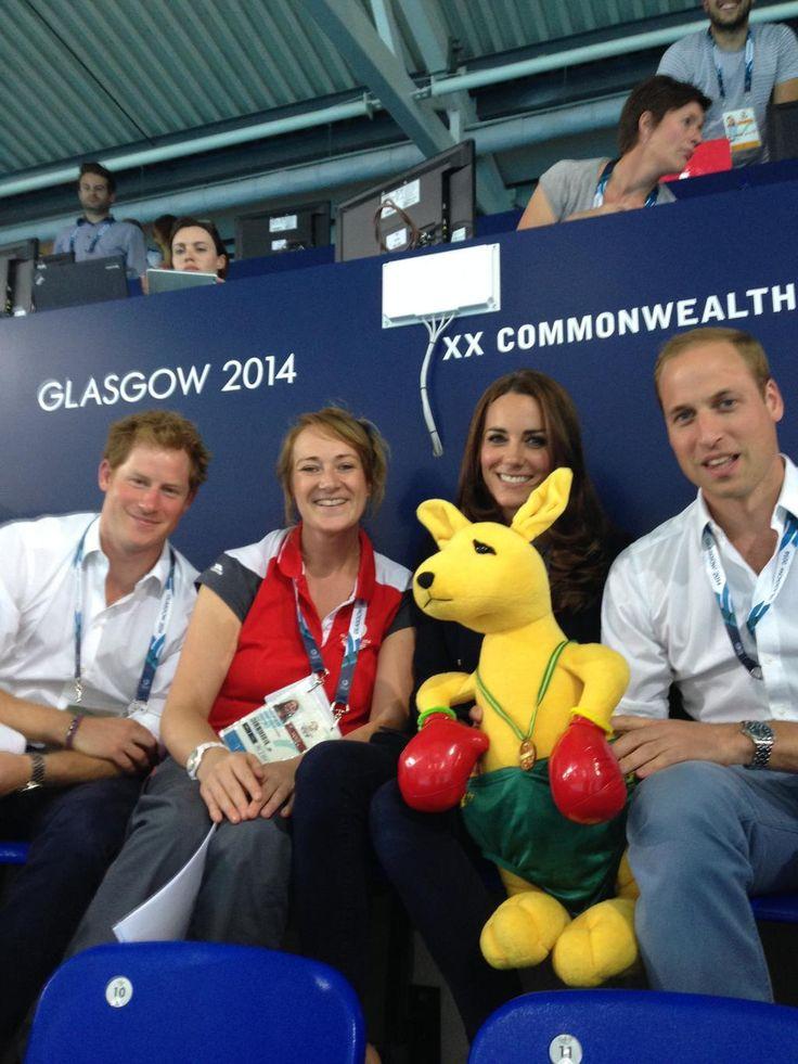 William & Kate receive a kangaroo -the Australian mascot- from the Aussie Swim Team #Glasgow2014
