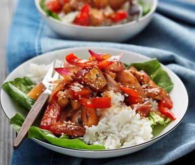 Ta med smaklökarna på en resa genom Asien när du till middag serverar sticky chicken med ananas. En rätt där hettan från chilisåsen tillsammans med sötman från ananasen blir en exemplarisk kombination. De saftiga kycklingstrimlorna adderas mot slutet och till servering finns nykokt ris.