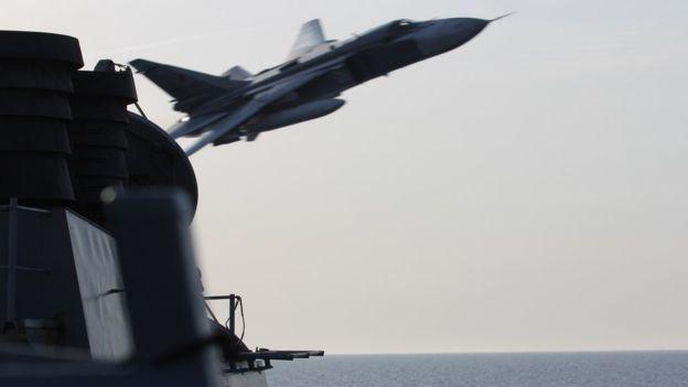 Caças russos sobrevoam, agressivamente, destróier norte-americano