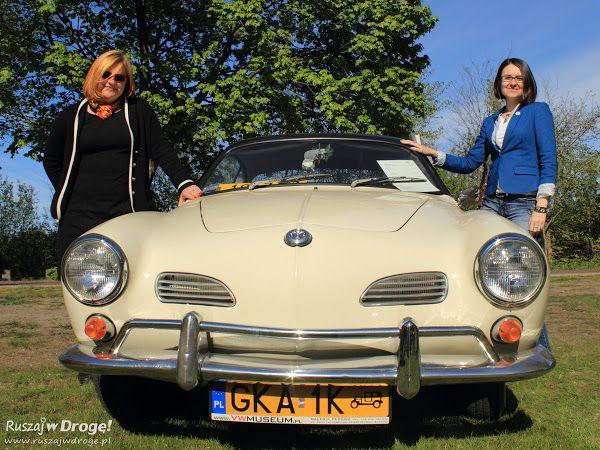 Kasia Marczewska i Ewa Suchecka z Muzeum VW przed swoim ulubionym autem
