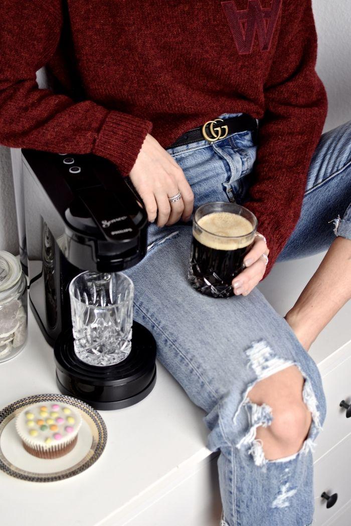 Zeit für einen selbstgerechten Kaffe - Gucci Gürtel, Wood Wood Pullover, Levis Jeans