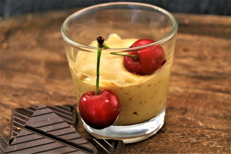 Smoothie de cerezas, mango y chocolate con crema de coco
