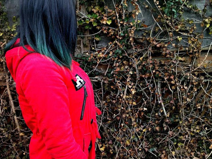 Spring 2017 #girl #red #blue #hair #плющ #прогулка #синие волосы #профиль #без лица