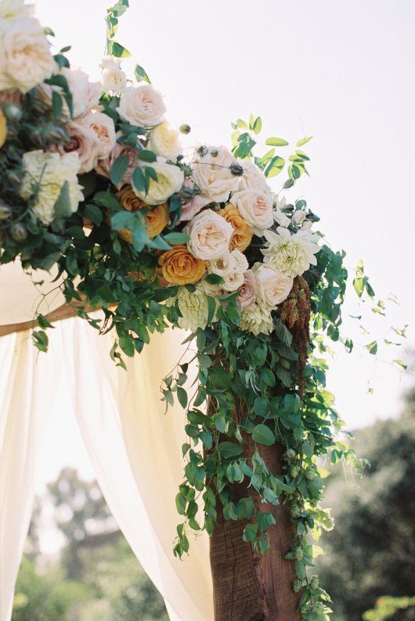 rose floral spray on ceremony altar | image via: style me pretty