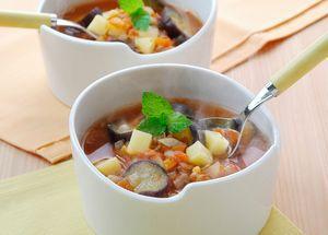 これから涼しくなってくる時期、暖かい野菜スープダイエットでスッキリスリムに挑戦する方向けに、野菜スープダイエットの方法についてまとめました。1.野菜スープダイエットとは?野菜スープダイエットとは、脂肪燃焼効果のある野菜を