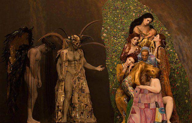 """Apesar de ter vivido uma vida quase franciscana, de poucos luxos, quando se tratava de suas pinturas o pintor austríaco Gustav Klimt não economizava. Sempre de sandálias e túnicas, evitando festejos sociais, dedicado à família e sua arte, em sua fase dourada ele literalmente utilizava ouro em folha para finalizar seus quadros. Imerso em temáticas eróticas e simbólicas, era o corpo da mulher que mais fascinava Klimt. Em sua homenagem, alguns de seus quadros """"dourados"""" foram trazidos à vida…"""