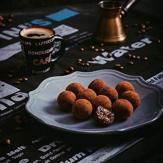 Углеводные конфетки из сухофруктов и овсянки - уже наверное никого не удивишь)) Изюм 50 г Хлебцы (у меня ржаные) 20 г Грецкий орех 20 г Овсянка 100 г Стружка кокоса 40 г Финики 25 г Мед 30 г Какао 1 стл  Молотый кофе можно по вкусу добавить в основную смесь а корицу - к какао в обсыпку. Но это на любителя в первый раз попробуйте без если не очень любите эти ингредиенты)  Итак сложите все ингредиенты в блендер и перемелите до однородной массы. Добавьте жидкий мед руками тщательно перемешайте…