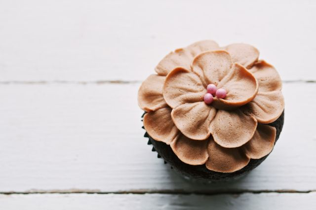 Http Movitabeaucoup Com    Petal Topped Cakes And Cupcakes