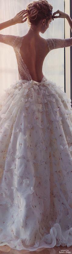 Süß! Brautkleid mit Spitze, tiefem Rückenausschnitt und vielen Schmetterlingen auf dem Rockteil. #Hochzeitskleid #romantisch #Braut Kate'S Bridal 2015