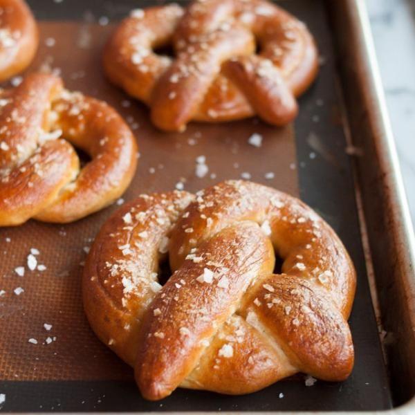 Aprende a preparar pretzels con esta rica y fácil receta.  El pretzel es un tipo de pan salado muy común en Estados Unidos, Alemania (lugar donde se originó) y otras...