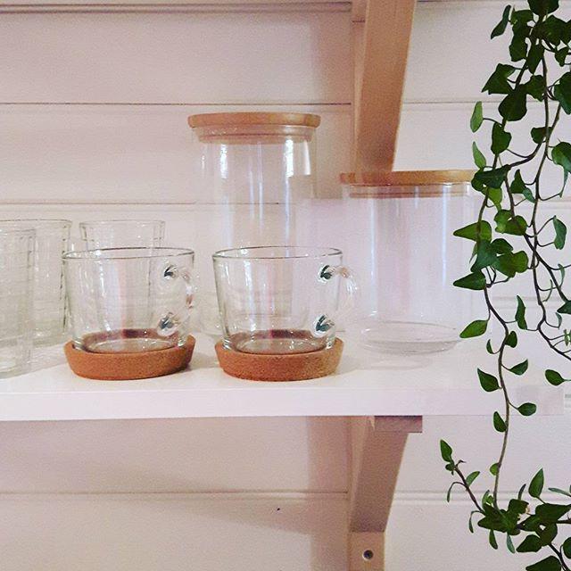 God morgon!  Så skönt att vakna i sin egen säng! Dags att sätta lite fart har massor att göra idag! Ha en fin dag!  - - - #attvaknaisinegensäng #hemmaigen #timmele #fullspäckaddag #imorgonreserviigen #långweekend #kök #kitchen #kitcheninspo #köksinspo #panel #liggandepanel #hyllor #ikea #murgröna #kaffekoppar #glasburkar #inredning #interior #interiör #inredningsinspo #inspiration #decor #myhouse #myhome #mitthem #mitthus #gammalthus #litethus #villalindåker - Architecture and Home Decor…