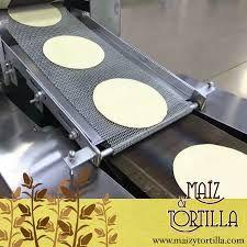 TORTILLADORAS máquina de tortillas ocupa tres comales, tienen la función de llevar las tortillas de un comal a otro, para de esta forma cocinar lentamente cada tortilla. Los comales están situados uno sobre otro para que al salir de uno la tortilla caiga en el otro y se cocine por los dos lados.