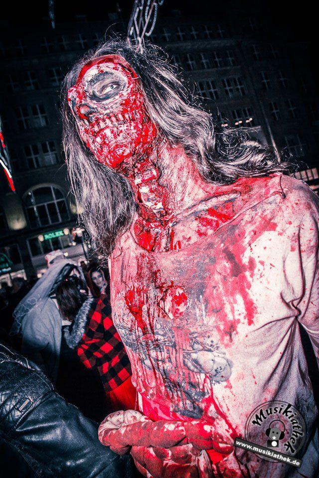 33 der gruseligsten Halloween Kostüme. Diese sind gleichzeitig auch eine tolle Idee für die diesjährige Halloween Party, oder was meint ihr? :) Zombie mit Wunden und Kunstblut - gesehen auf dem Zombiewalk - Kostüm & Makeup könnt ihr einfach selber machen. Foto: David Hennen. Besucht die Webseite für weitere Infos und Outfits.