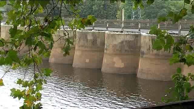 Les deux barrages, de Vezins et de la Roche-Qui-Boit, datent des années 30. En 2009, l'Etat a décidé de les faire disparaître