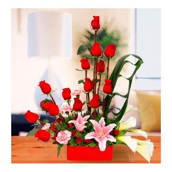 Bonito arreglo floral con rosas rojas rosas pinterest for Arreglos de rosas sencillos