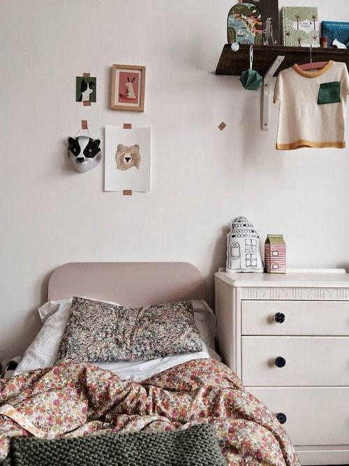 Des motifs Liberty et du mobilier vintage dans la chambre de petite fille