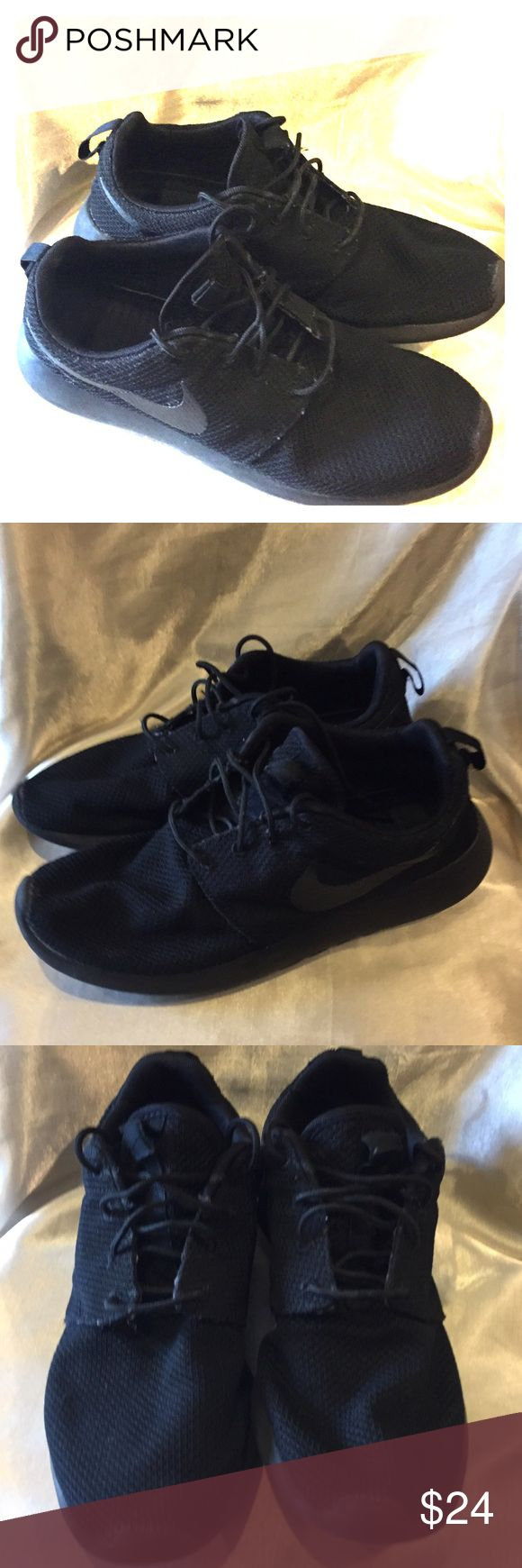 Nike Roshe Black size Men 9 Nike Roshe size Men 9 this shoes looks great the sole has been worn please see pictures make me an offer👇 Nike Shoes Athletic Shoes