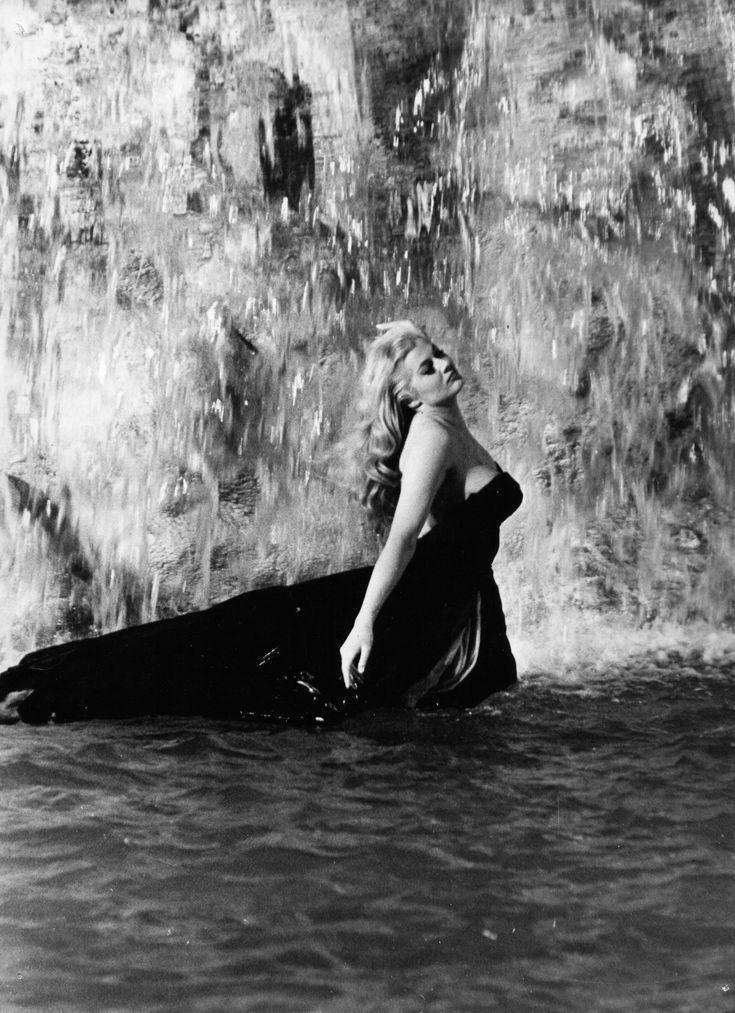 """1960 Anita Ekberg: famosa toma en la fuente de Trevi. """"La Dolce vita"""", film de Federico Fellini."""
