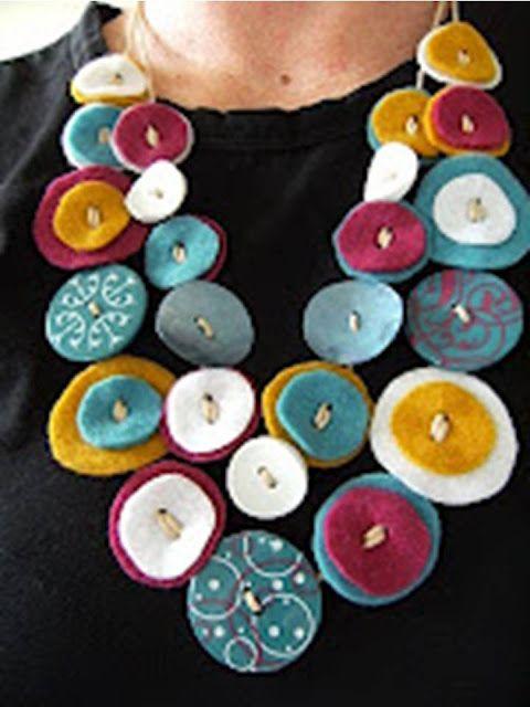 """Colar de """"botões"""" em feltro..."""