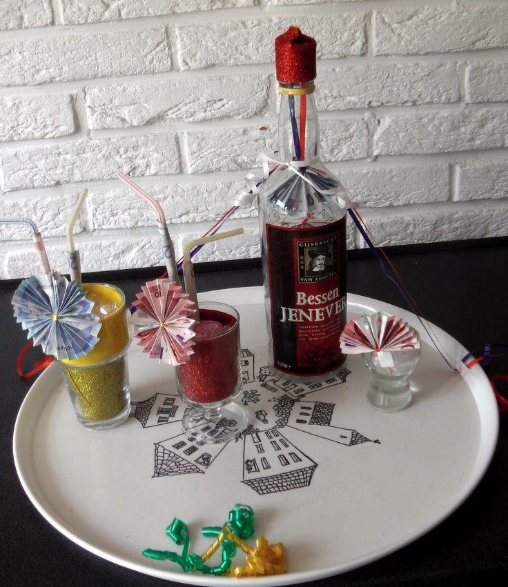 Geld verwerkt in dit dienblad met glazen en fles