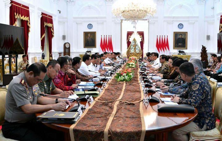 "Jokowi Apresiasi Menteri Stabilkan Harga Pangan Jelang Lebaran Kamis, 22 Juni 2017 17:00 WIB  Presiden Joko Widodo siang ini, Kamis (22/6/2017), mengumpulkan seluruh jajaran menteri Kabinet Kerja untuk mengikuti Sidang Kabinet Paripurna di Istana Merdeka, Kompleks Istana Kepresidenan, Jakarta Pusat. Pada pidato pembukaannya, Presiden Jokowi mengapresiasi kinerja menteri terkait yang mampu menjaga stabilitas harga pangan jelang Hari Raya Idul Fitri 1438 Hijriah. ""Yang pertama, saya ingin…"