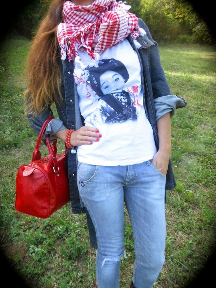 moda etnica 2013, tshirt con geishe,kefiah rossa, outfit in con denim grigio e nero, rosso bianco , amanda marzolini fashion blogger t shirt...THE FASHIONAMY by Amanda: Outfit idea - Kefiah e Geishe #geishe #outfit #fashion #tshirt #denim #denimondenim #style #fashionblogger #girl