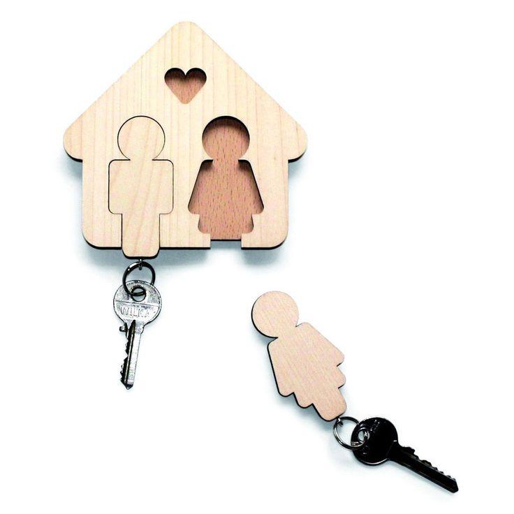 """Il portachiavi """"Casa dolce casa"""" è unregalo doppio: dueportachiavie unoriginale supportoper riporle all'ingresso. Un regalo perfetto per unainaugurazione di casao per festeggiare una nuova convivenza."""