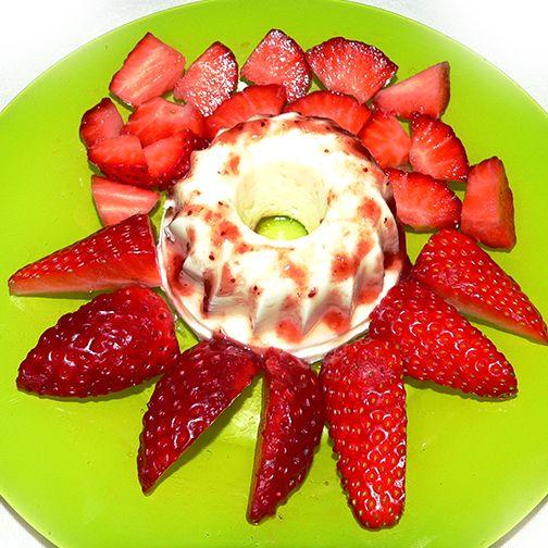 Mini tartas de queso con mermelada de fresa casera acompañada de fresones