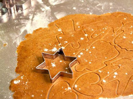 Glutenfria LCHF-pepparkakor på koksmjöl och mandelmjöl. Gör pepparkaksdegen dagen före och låt den vila i kylskåpet under natten.
