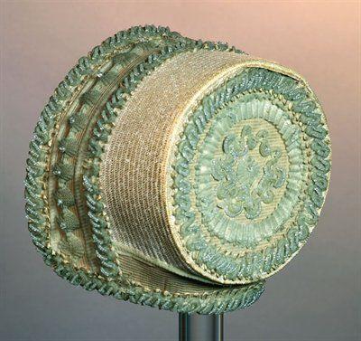 datering 1810 - 1830  technieken textiel   materiaal stro, haar, paardenhaar, glas   afmetingen (cm) hg 13,0 / br 17,0 / dp 19,0 / om 56,0  trefwoorden luifelhoed, hoed, hoofddeksel, vrouwenkleding, kleding   associatie vrouw, kleden, hoofd bedekken   inventarisnr. Museum Rotterdam 65870