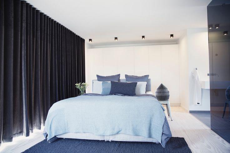Velour gardiner i Emil Thorups soveværelse i hans sommerhus