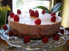 Hindbærmousse kage med nøddebund