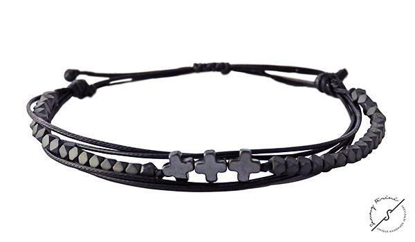 Ανδρικό βραχιόλι Hematite 3cross VRA00340 Ανδρικό βραχιόλι με 3 σταυρούς αιματίτη και χάντρες αιματίτη ματ σε σχήμα πολύγωνο,δεμένα μαζί με 4σειρο κορδόνι σε μαύρο χρώμα.Ρυθμιζόμενο