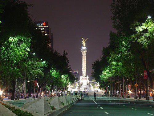 Paseo de la Reforma, Ciudad de México, en la noche.