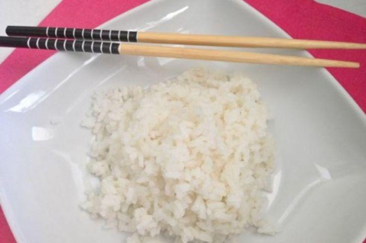 Ingredientes para 4 personas:- 300g de arroz para sushi- 350ml de agua- 1 trozo de alga kombu (alga opcional)- 2 cucharadas de condimento para sushi (sustituible por 2 cucharadas de vinagre de arroz c