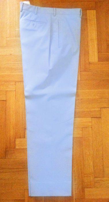 Prada - broek  Twee identieke broekhangeren mannen.Grootte: 50 (IT). Houd er rekening mee: Prada klein zijn zodat ze ook een Italiaanse maat 48 zal passen.Reguliere lengte (er is extra stof binnen moeten ze worden verlengd).Recht afgesneden.Klassieke Prada stof (polyester en elastan).Kleur: Lichtblauw.  EUR 60.00  Meer informatie