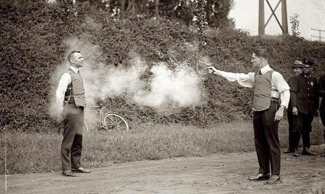 1923, Washington D.C. U.S.A. – Prueba de un chaleco antibalas