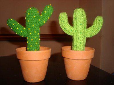 artesanales cactus tejidos a crochet en macetas de barro_