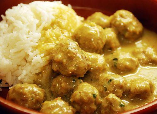 Κεφτεδάκια από χοιρινό με κάρυ και γάλα καρύδας επάνω σε ρύζι