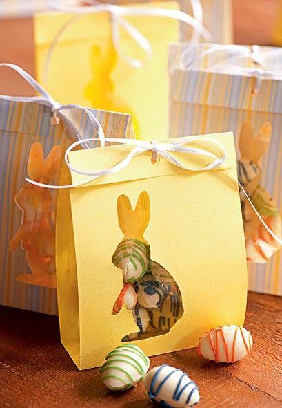 Um presente para os convidados: os ovinhos de chocolate vêm dentro de um saco de papel, que pode ser colorido ou estampado. Na frente, um recorte em forma de coelhinho permite ver o que há dentro da embalagem  (Feliz Páscoa | Happy Easter)