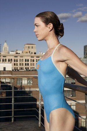 Maillot WMS Swim de Nike - Virginie Dedieu, natation synchronisée - Ce maillot de bain Nike est parfait pour la natation à haut niveau ou très régulière. Composé de la nouvelle fibre Dow XLA™, le tissu de ce maillot vous offrira une résistance unique au chlore...