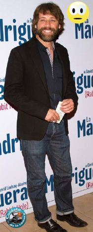 DONT!!! Juan Manuel Bernal. Mala interpretación del dobladillo; un zapato bostoniano que está bien para jeans, que también están bien, tienen buen tiro, buen corte, y lo único que le critico es que se hubiera puesto un blazer de otro tono y se hubiera visto mucho mejor; la barba de náufrago, que se ve de dos o tres días, le desmerece, se hace ver como más ancho y menos alto, aunque si es por tema de que está haciendo una película, se entiende. Cuídate de la Cámara con @EdySmol