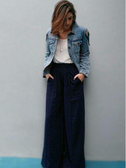 Calça pantalona azul marinho com blusa branca e jaqueta jeans. Básico com estilo!