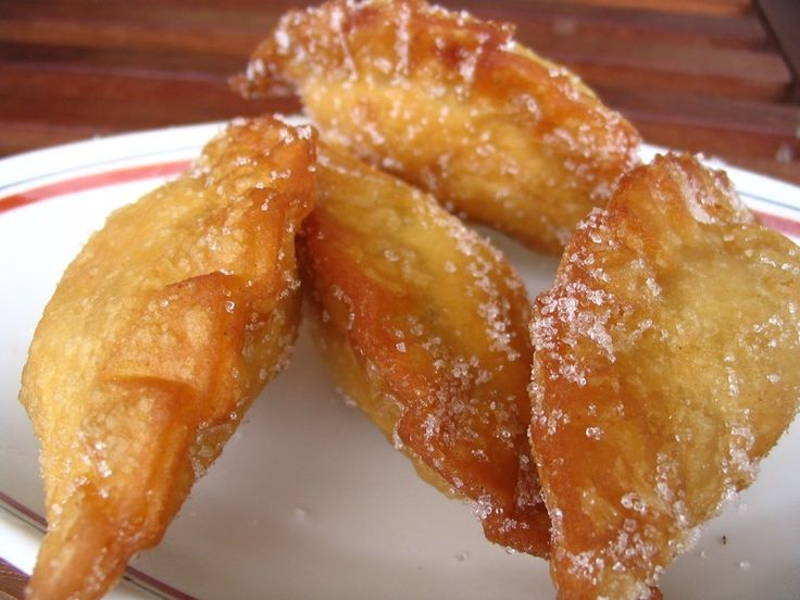 """Les """"oeufs de mulet"""" appellés en créole """"Dizé Milé"""" est un dessert très prisé. De petits chaussons en pâte à choux sans..."""