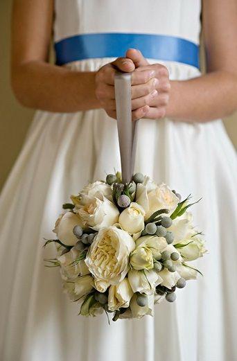 Свадебный букет в форме шара (помандер) очень удобно держать на запястье и во время свадебной фотосессии такой букет не сковывает движения невесты и ее подружек.  #weddstory #букетневесты #свадебныйбукет #zhdankifam #фотосессияпитер #фотографспб #свадебныйфотограф